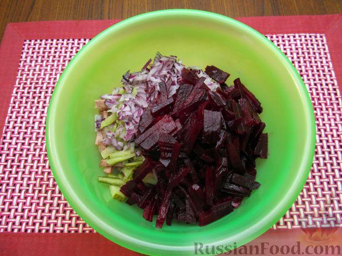 Фото приготовления рецепта: Салат из свёклы с колбасой и маринованными огурцами - шаг №6
