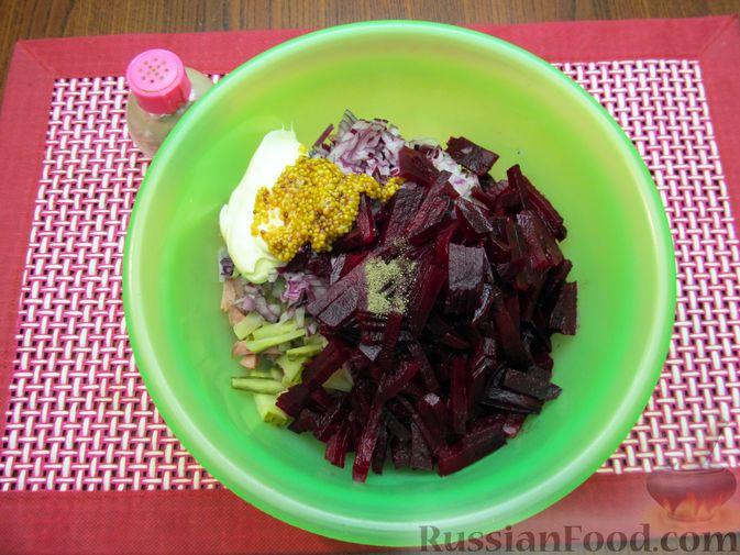 Фото приготовления рецепта: Салат из свёклы с колбасой и маринованными огурцами - шаг №7