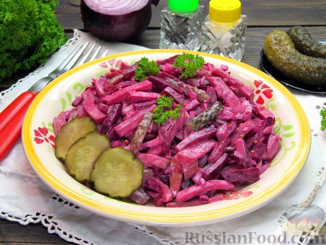 Фото приготовления рецепта: Салат из свёклы с колбасой и маринованными огурцами - шаг №9