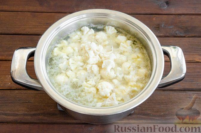 Фото приготовления рецепта: Сливочный суп с цветной капустой и фаршем - шаг №8
