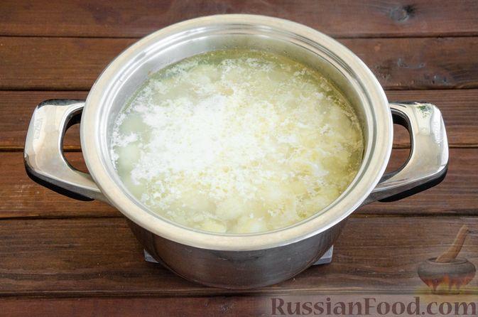 Фото приготовления рецепта: Сливочный суп с цветной капустой и фаршем - шаг №10