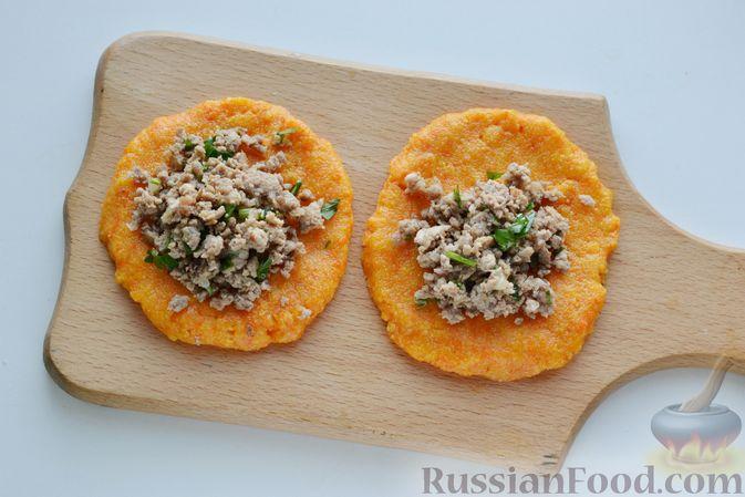 Фото приготовления рецепта: Тыквенные зразы с мясным фаршем - шаг №15