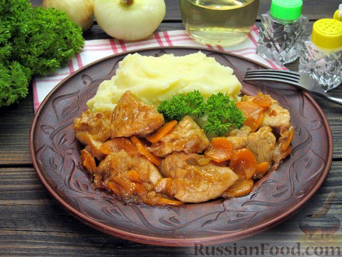 Фото к рецепту: Индейка, тушенная с луком и морковью