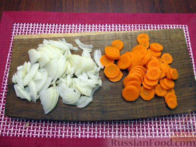 Фото приготовления рецепта: Индейка, тушенная с луком и морковью - шаг №4