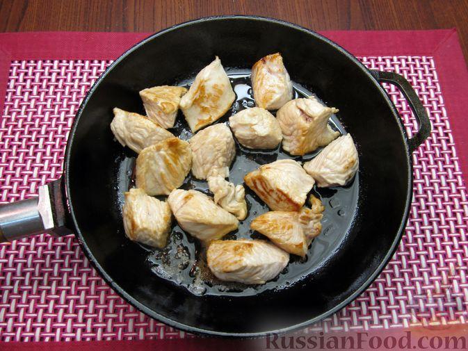 Фото приготовления рецепта: Индейка, тушенная с луком и морковью - шаг №3