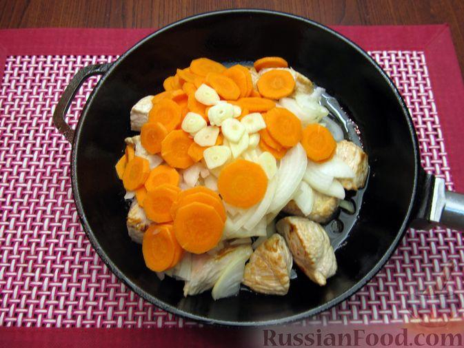 Фото приготовления рецепта: Индейка, тушенная с луком и морковью - шаг №6