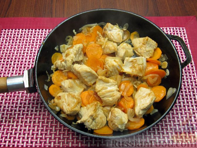 Фото приготовления рецепта: Индейка, тушенная с луком и морковью - шаг №7