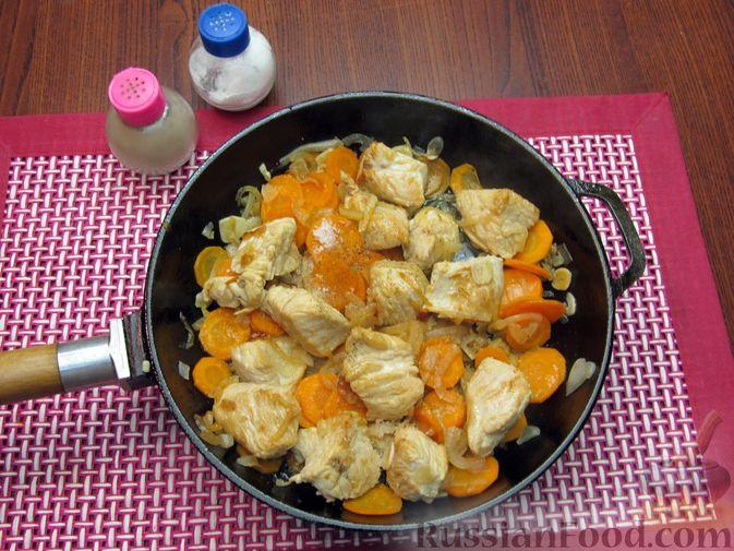 Фото приготовления рецепта: Индейка, тушенная с луком и морковью - шаг №8