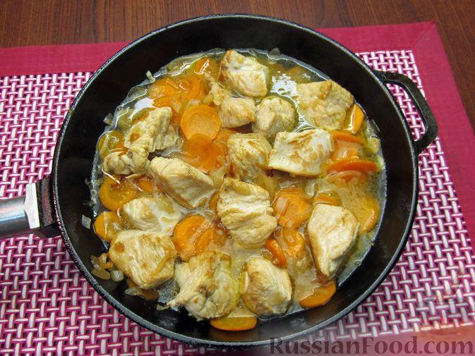 Фото приготовления рецепта: Индейка, тушенная с луком и морковью - шаг №9