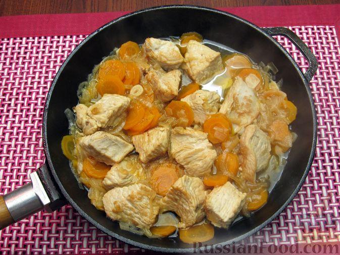 Фото приготовления рецепта: Индейка, тушенная с луком и морковью - шаг №10