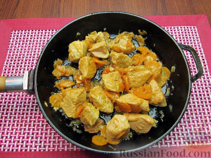 Фото приготовления рецепта: Индейка, тушенная с луком и морковью - шаг №11