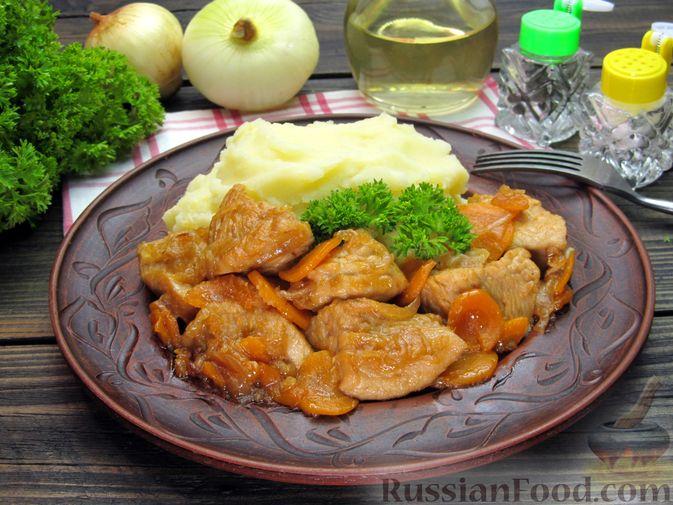 Фото приготовления рецепта: Индейка, тушенная с луком и морковью - шаг №12