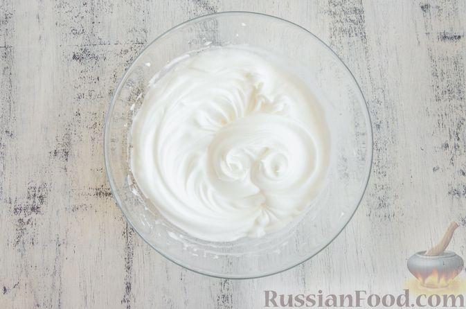 Фото приготовления рецепта: Эстонский кекс на яичных белках, с изюмом - шаг №7
