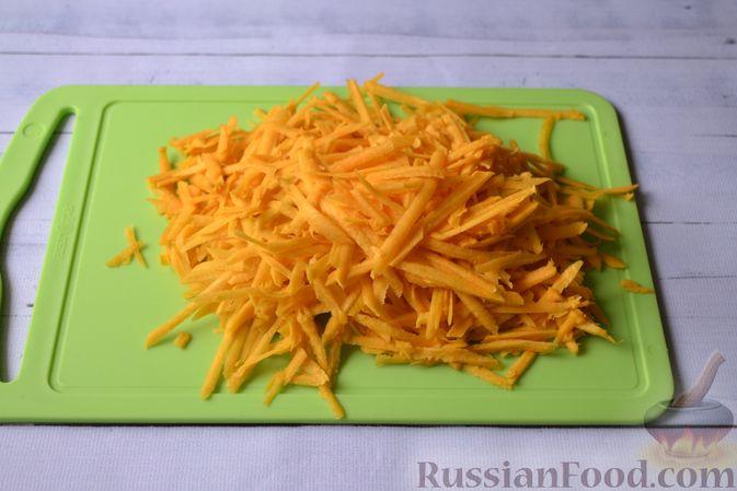 Фото приготовления рецепта: Салат из свежей тыквы с сыром, кукурузой и семечками подсолнечника - шаг №2
