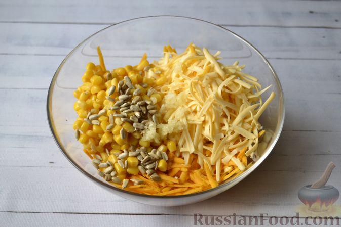 Фото приготовления рецепта: Салат из свежей тыквы с сыром, кукурузой и семечками подсолнечника - шаг №4