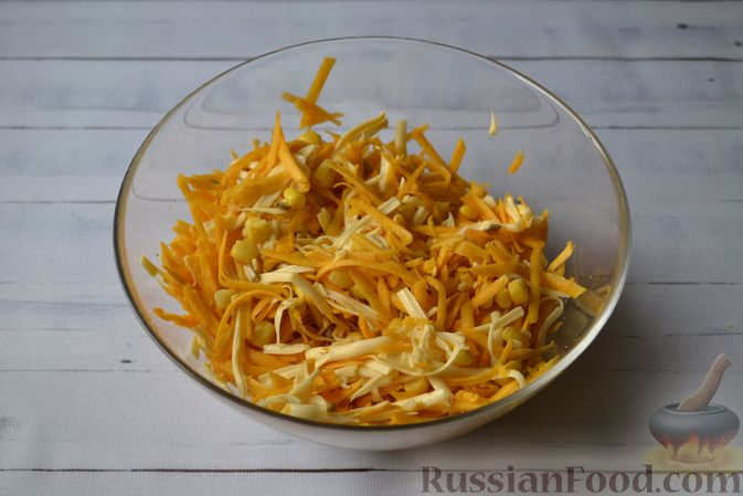 Фото приготовления рецепта: Салат из свежей тыквы с сыром, кукурузой и семечками подсолнечника - шаг №5