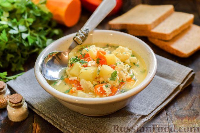 Фото к рецепту: Овощной суп из тыквы и цветной капусты с сырно-яичной заправкой