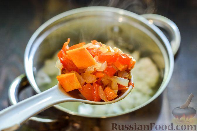 Фото приготовления рецепта: Овощной суп из тыквы и цветной капусты с сырно-яичной заправкой - шаг №10