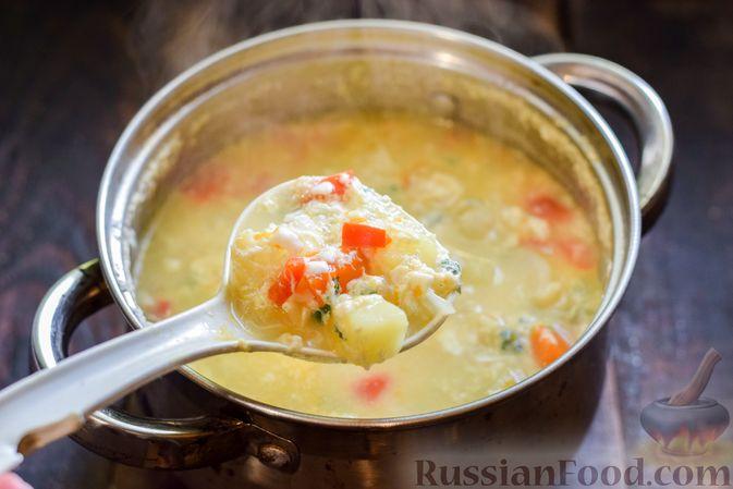 Фото приготовления рецепта: Овощной суп из тыквы и цветной капусты с сырно-яичной заправкой - шаг №15