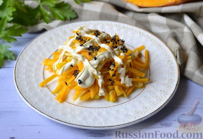 Фото к рецепту: Салат из свежей тыквы с сыром, кукурузой и семечками подсолнечника
