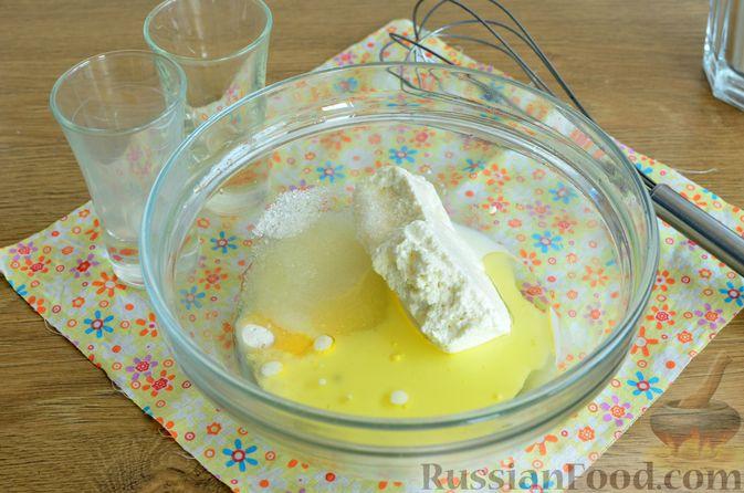 Фото приготовления рецепта: Творожный пирог со сливами и грецкими орехами в карамели - шаг №2