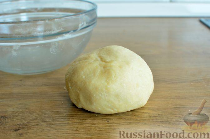 Фото приготовления рецепта: Творожный пирог со сливами и грецкими орехами в карамели - шаг №4