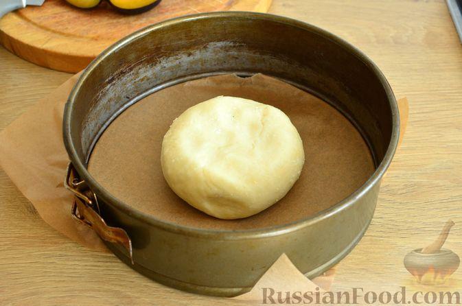 Фото приготовления рецепта: Творожный пирог со сливами и грецкими орехами в карамели - шаг №5