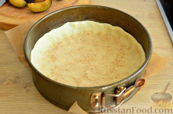 Фото приготовления рецепта: Творожный пирог со сливами и грецкими орехами в карамели - шаг №8