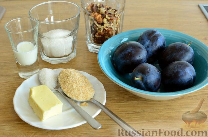 Фото приготовления рецепта: Творожный пирог со сливами и грецкими орехами в карамели - шаг №6