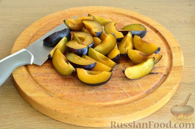 Фото приготовления рецепта: Творожный пирог со сливами и грецкими орехами в карамели - шаг №7