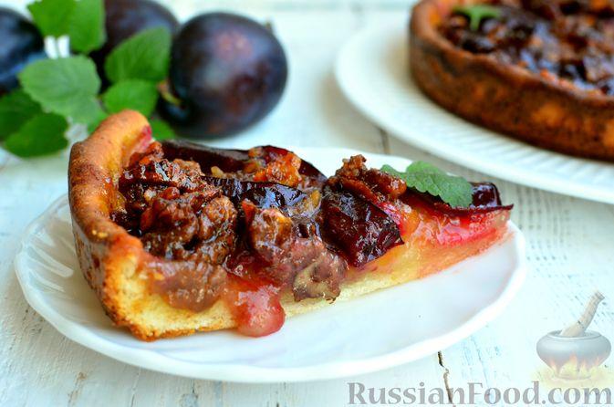 Фото приготовления рецепта: Творожный пирог со сливами и грецкими орехами в карамели - шаг №16