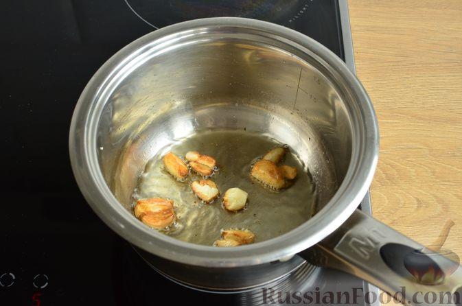 Фото приготовления рецепта: Чесночный суп с вешенками и сметанной заправкой - шаг №3