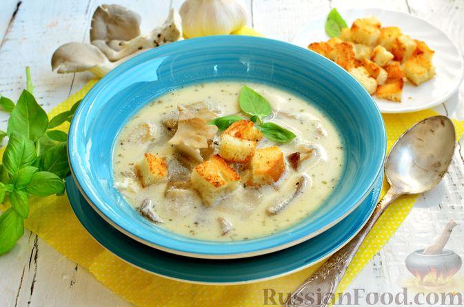 Фото к рецепту: Чесночный суп с вешенками и сметанной заправкой