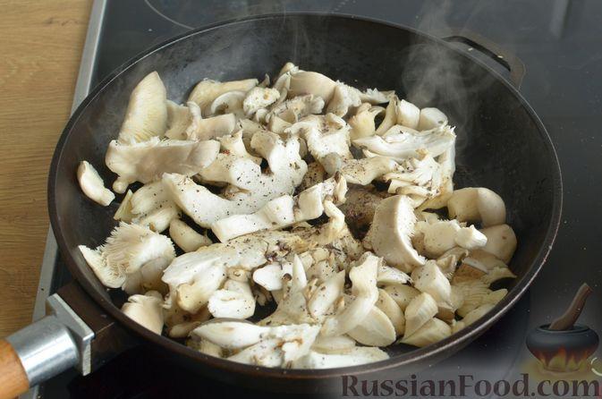 Фото приготовления рецепта: Чесночный суп с вешенками и сметанной заправкой - шаг №5