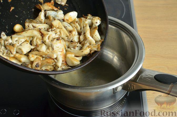 Фото приготовления рецепта: Чесночный суп с вешенками и сметанной заправкой - шаг №7