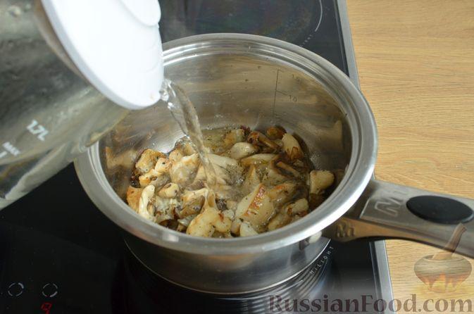 Фото приготовления рецепта: Чесночный суп с вешенками и сметанной заправкой - шаг №8