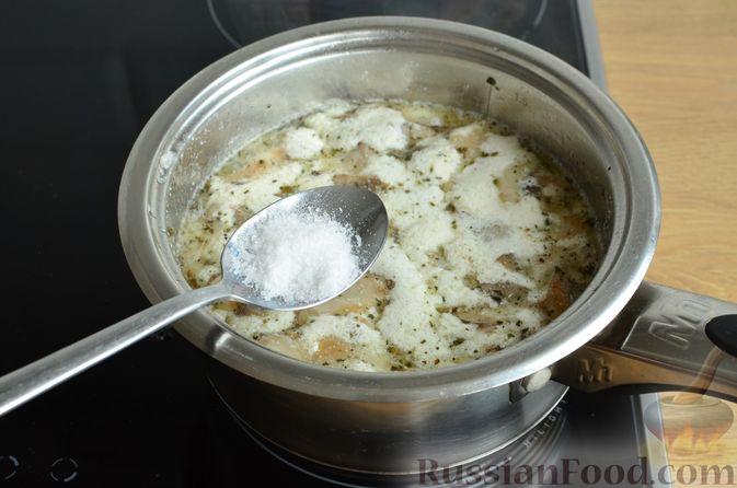 Фото приготовления рецепта: Чесночный суп с вешенками и сметанной заправкой - шаг №10