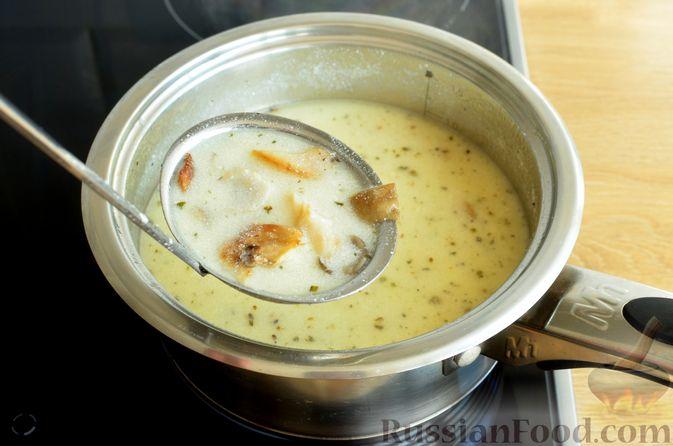 Фото приготовления рецепта: Чесночный суп с вешенками и сметанной заправкой - шаг №12