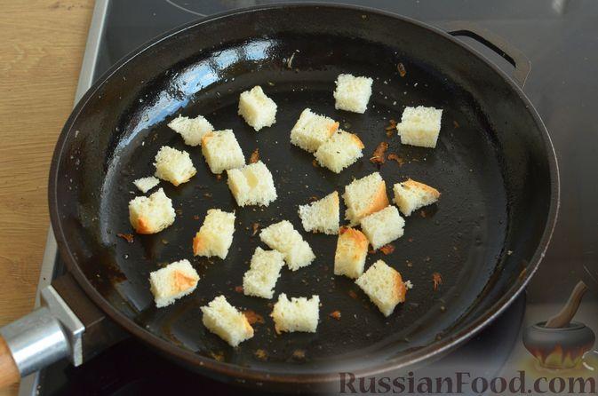 Фото приготовления рецепта: Чесночный суп с вешенками и сметанной заправкой - шаг №13