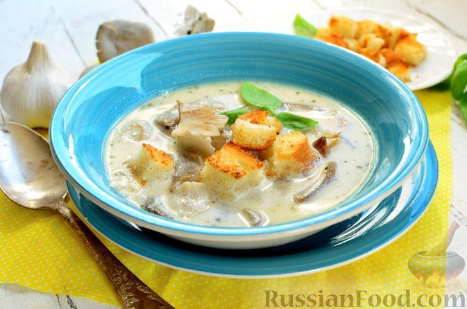 Фото приготовления рецепта: Чесночный суп с вешенками и сметанной заправкой - шаг №14