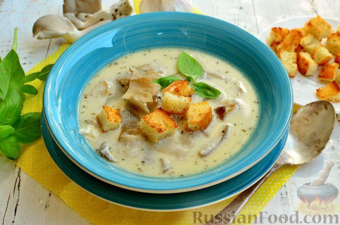 Фото приготовления рецепта: Чесночный суп с вешенками и сметанной заправкой - шаг №15