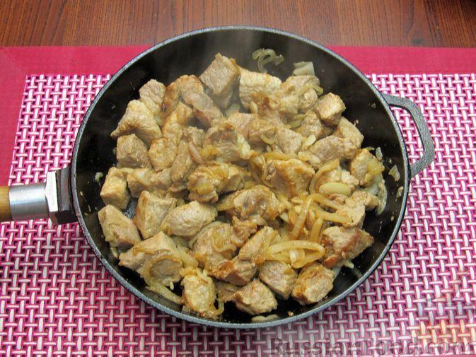 Фото приготовления рецепта: Свинина, тушенная в сметанном соусе с горчицей - шаг №4