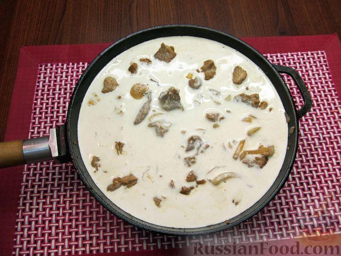 Фото приготовления рецепта: Свинина, тушенная в сметанном соусе с горчицей - шаг №8