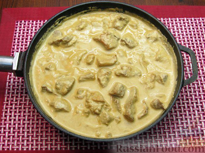 Фото приготовления рецепта: Свинина, тушенная в сметанном соусе с горчицей - шаг №9
