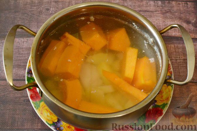 Фото приготовления рецепта: Тыквенный суп-пюре с куриным филе - шаг №10