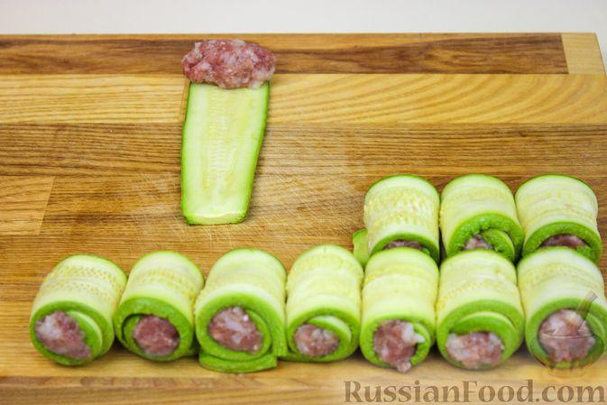 Фото приготовления рецепта: Рулетики из кабачков с фаршем - шаг №5