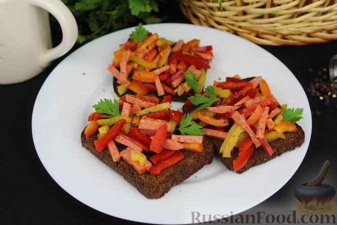 Фото к рецепту: Бутерброды с болгарским перцем и копчёной колбасой