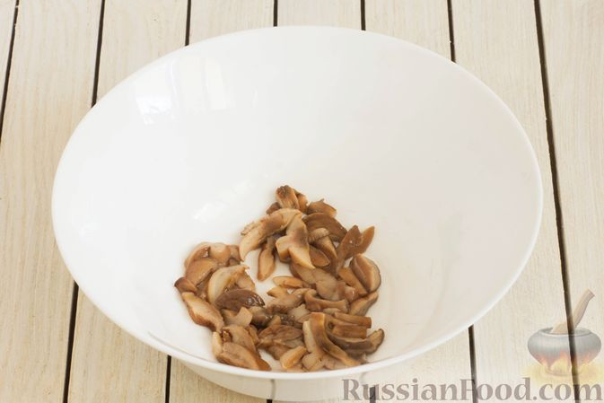 Фото приготовления рецепта: Салат с яблоком, маринованными маслятами и сыром - шаг №2