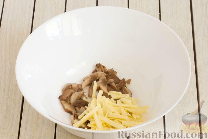 Фото приготовления рецепта: Салат с яблоком, маринованными маслятами и сыром - шаг №3