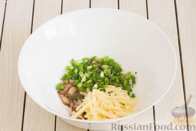 Фото приготовления рецепта: Салат с яблоком, маринованными маслятами и сыром - шаг №4